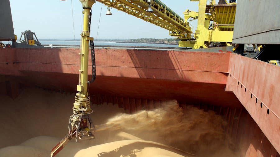 Imagen de barco de carga recibiendo las toneladas de azúcar que irá a Corea del Sur.